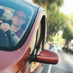 Jongeren en ouderen de pineut bij afsluiten autoverzekering